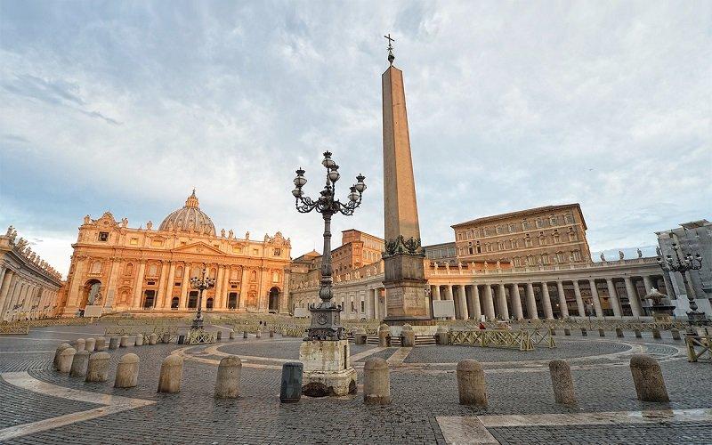 obelisco en la basilica de san pedro