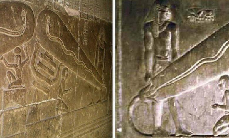 Raros jeroglíficos egipcios con light bulbs
