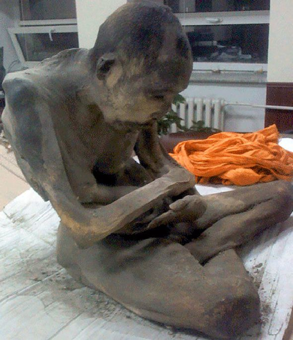 un monje momificado