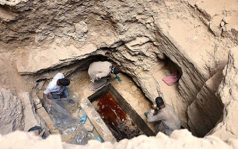 Abren el sarcófago negro de Egipto