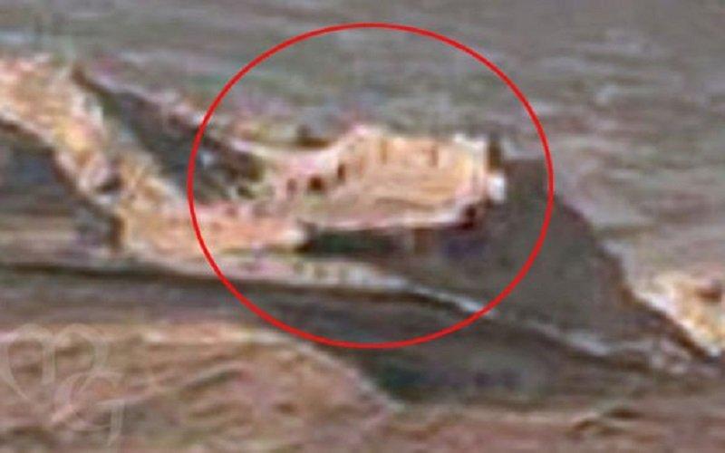 Cazadores de extraterrestres dicen haber encontrado los restos de una ciudad amurallada en nuevas imágenes de la NASA del Planeta Rojo