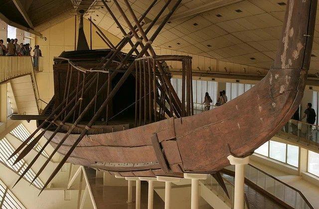 se encontró un bote en la base de la pirámide