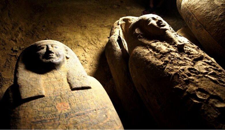 descubren 27 sarcófagos