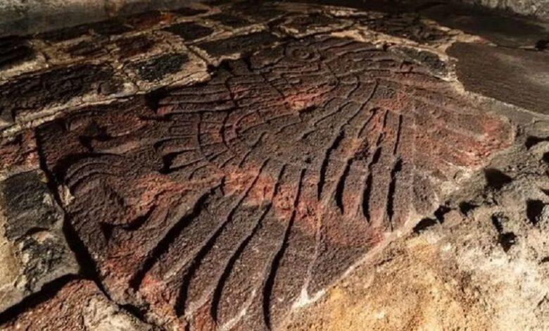 Descubren un águila dorada tallada en roca volcánica en un templo azteca
